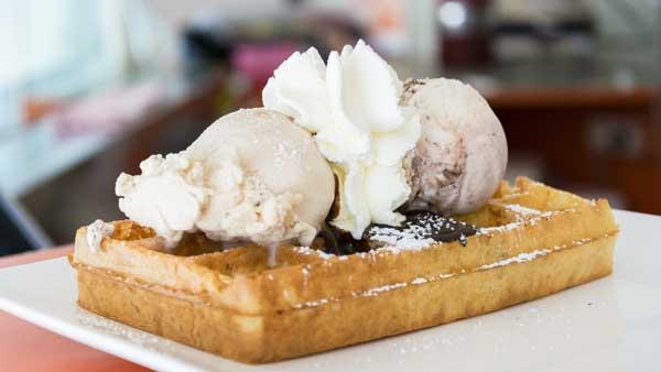Brusselse wafel met ijs, aardbeicoulies en slagroom