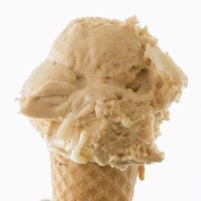 Hoorntje met een bolletje witte praliné ijs