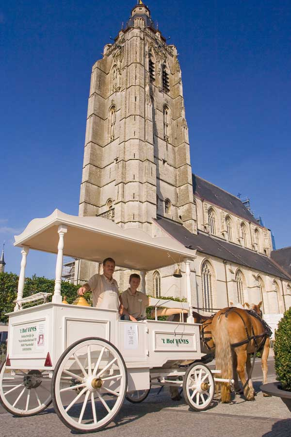 Ijskoets van 't Hof VANYS voor de Sint-Walburgakerk in Oudenaarde